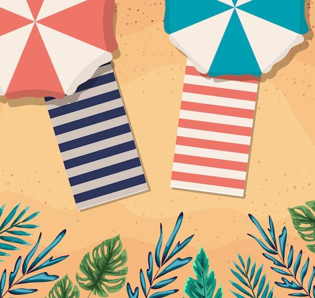 Пляж с зонтиками и полотенцами, вид сверху, летний отдых