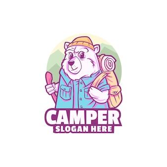 クマの楽しいキャンピングカーのロゴが白で隔離