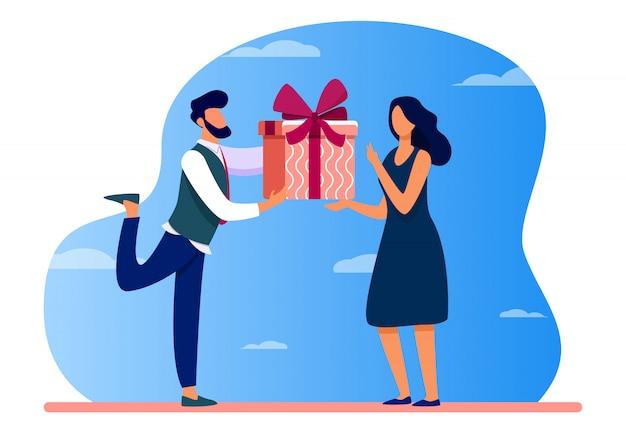 Бородатый мужчина делает подарок удивленной женщине