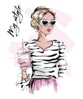 Красивая девушка со светлыми волосами, держащая чашку сока