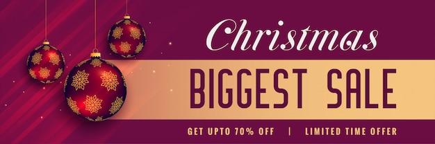 Красивый баннер с рождественской распродажей с блестящим украшением шаров
