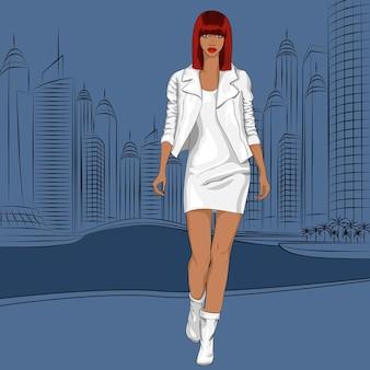 Красивая модная черная топ-модель гуляет по набережной современного города