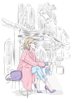 세련된 코트와 도시 거리에 안경에 아름다운 소녀