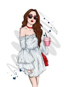 Красивая девушка в стильном летнем платье и очках.