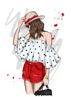 세련된 여름 모자 상단과 반바지에 아름다운 소녀