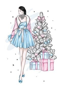 クリスマスツリーの近くのイブニングドレスの美しい少女。ファッションとスタイル、クリスマス。