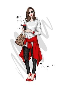 スタイリッシュな服とコーヒーのグラスで美しい少女