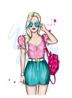 Красивая девушка в стильной летней одежде