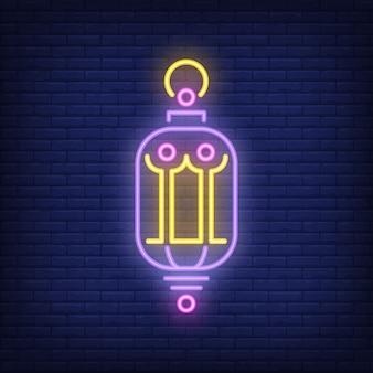 Insegna al neon bella lanterna. lampada d'annata d'ardore sul fondo scuro del muro di mattoni.