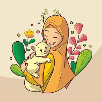 Красивая мусульманская девушка улыбается, держа кошку. на ней оранжевое платье