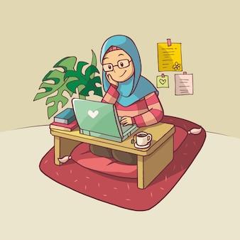 Красивая мусульманская женщина занимается перед ноутбуком в розовой и синей одежде