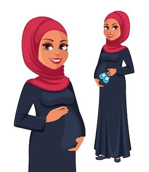ヒジャーブの美しい妊娠中のイスラム教徒の女性