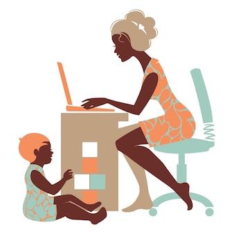 母の美しいシルエット–ノートとおもちゃで遊ぶ赤ちゃんとフリーランサー