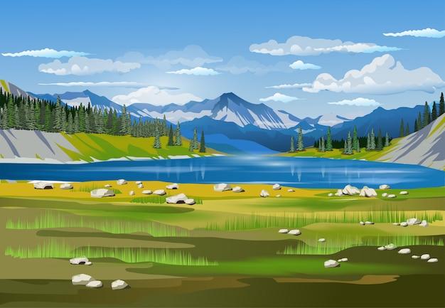 青い湖、森、山、雲、フォアグラウンドに大きなトウヒの美しい春の風景。あなたの芸術のための風景の背景