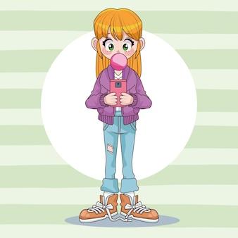 Красивая девушка-подросток с помощью смартфона с иллюстрацией персонажа аниме жвачка
