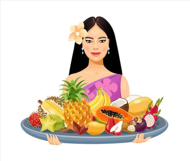 그녀의 손에 태국 과일과 함께 큰 황금 쟁반을 들고 아름다운 태국 소녀