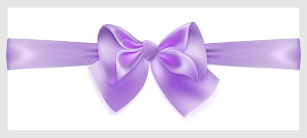 Красивый фиолетовый бант с лентой из шелка, расположенный горизонтально