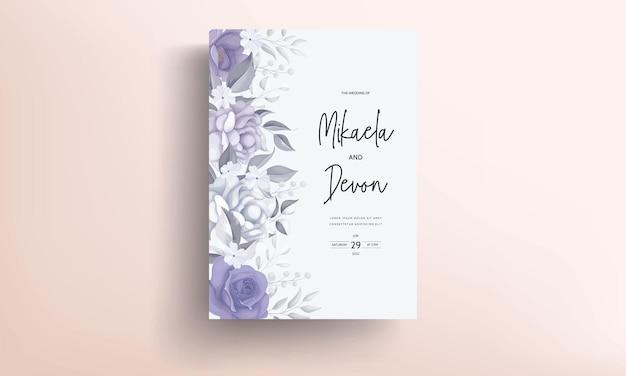 紫色の花の装飾が施された美しい結婚式の招待状