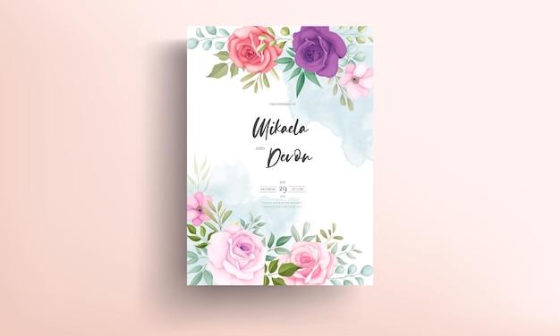 柔らかい花の装飾が施された美しい結婚式の招待状