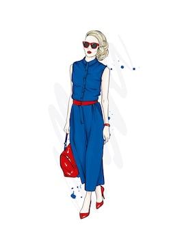 Красивая женщина в модной одежде