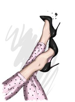 スタイリッシュなズボンと靴の美しい女性の足