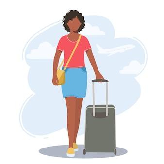 그녀의 손에 가방을 가진 아름 다운 젊은 아프리카 계 미국인 여자. 여행, 관광 및 레크리에이션의 개념.