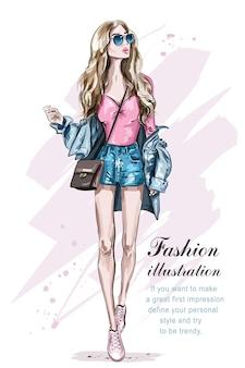 Красивая молодая женщина светлых волос с сумкой