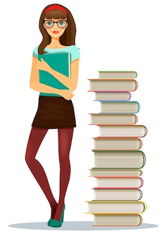 積み重ねられた本の横に立っているメモのファイルをつかんで眼鏡をかけている美しい若い女の子の学生