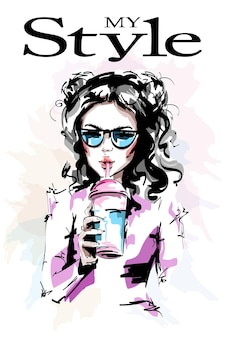 주스 컵을 들고 아름 다운 젊은 여자