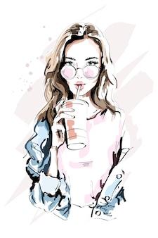 Красивая молодая женщина в очках