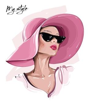 Красивая молодая женщина в шляпе