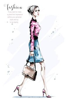 걷는 아름 다운 젊은 여자.