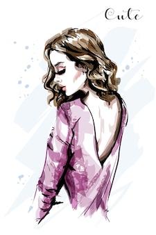 Красивая молодая женщина с крутым верхом
