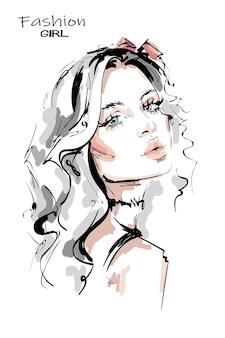 긴 금발 머리를 가진 아름 다운 젊은 여자