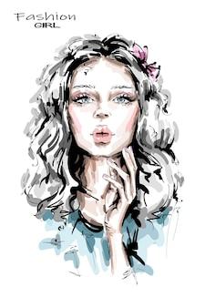 Красивая молодая женщина с длинными светлыми волосами.