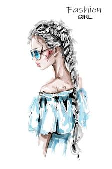 Красивая молодая женщина с длинной косой