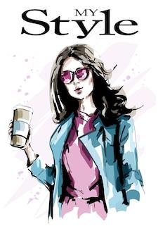 Красивая молодая женщина с бумажной кофейной чашкой