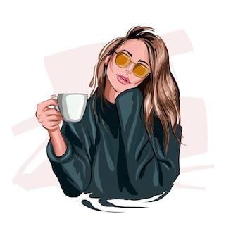 플라스틱 커피 컵을 손에 들고 있는 아름다운 젊은 여성 세련된 소녀 컬러 드로잉 현실감