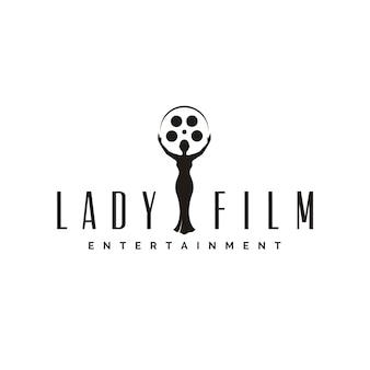 映画制作スタジオのロゴまたはスタチュートロフィーシネマ映画賞のフィルムリールを持つ美女