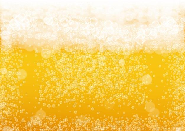 Пивной фон с реалистичными пузырями. прохладный напиток для дизайна меню ресторана, баннеров и листовок. желтый горизонтальный фон пива с белой пеной. свежая чашка лагера для дизайна пивоварни.