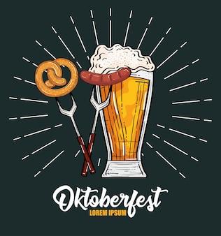 Пивной бокал с кренделем и колбасой на вилке, фестиваль октоберфест в германии и тема празднования