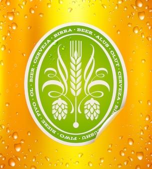 Пивная этикетка на фоне пива с каплями