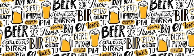 Пивной текстовый узор. слово пиво на разных языках. итальянская бирра, испанская сервеза, македонское пиво, немецкое пиво. рука надписи бесшовных текстур для пабов, меню и салфеток.