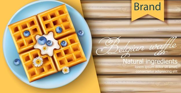 Waffle belga ricoperti di crema, mirtilli e fiori di camomilla sul piatto blu