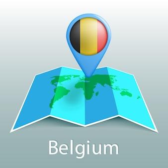 灰色の背景に国の名前とピンでベルギーの旗の世界地図