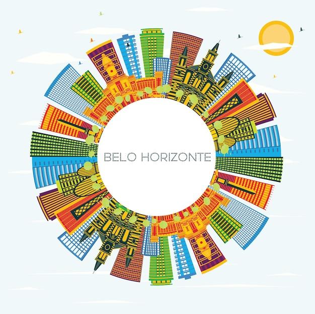 Белу-оризонти, бразилия, горизонт с цветными зданиями, голубым небом и копией пространства. векторные иллюстрации. деловые поездки и концепция туризма с современной архитектурой. городской пейзаж белу-оризонти с достопримечательностями.