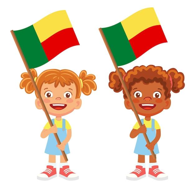 Флаг бенина в руке. дети держат флаг. национальный флаг бенина вектор