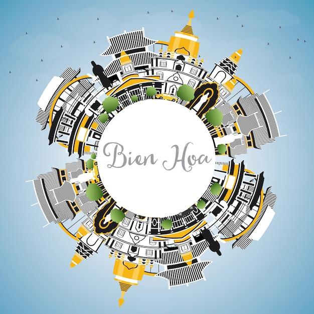 회색 건물, 푸른 하늘 및 복사 공간이 있는 비엔 호아 베트남 도시 스카이라인. 벡터 일러스트 레이 션. 역사적인 건축과 비즈니스 여행 및 관광 개념입니다. 랜드마크가 있는 비엔호아 도시 풍경.