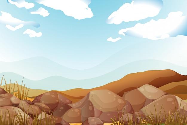 青い空の下の大きな茶色の岩