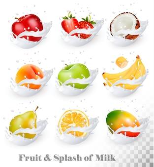 Большая коллекция фруктов в молочном всплеске. яблоко, манго, банан, персик, груша, апельсин, кокос, клубника.
